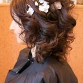 Прическа на средние волосы с цветком
