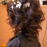 Прическа на средние волосы с цветком с другого ракурса