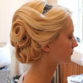 Прическа на средние волосы с ободком 2