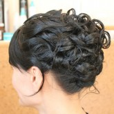 Высокая прическа на средние волосы 2 рисунок