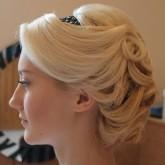 Прическа на средние волосы с ободком 3