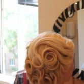 Прическа на средние волосы с ободком