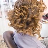 Прическа с локонами и окантовкой из косы