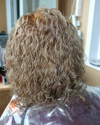 Эффект мокрых волос на средней длине