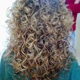 На длинных волосах эффект влажных кудрявых волос