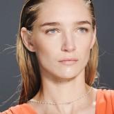 Эфект мокрых прямых волос очень популярен. На показах Bottega Veneta и Chanel можно увидеть такие прически, собранные сзади.