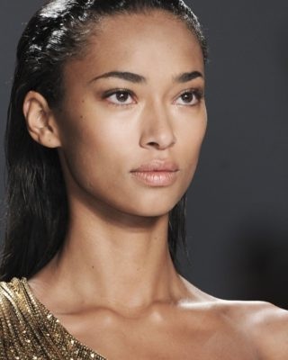 Прямые влажные волосы смотрятся стильно на подиуме, но в жизни нужно быть аккуратным, чтобы волосы не превратились в неухоженные на вид пряди