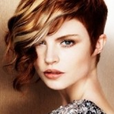 Интересная стрижка на короткие волосы с удлинением на лицо