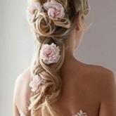 Фото прически с косой-хвостом и цветами. Вид сзади.