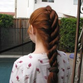 Жгутовое плетение на рыжих волосах