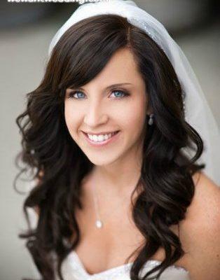 Фото невесты с распущенными волосами. Вид спереди.