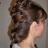 Двухъярусная прическа на темно-русые волосы - с плетением