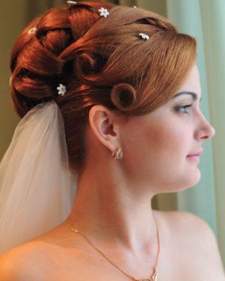 Фото огненной невесты с закрученной фигурной челкой. Вид сбоку.