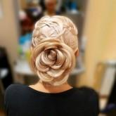 Сверху мелкое плетение, сзади волосы собраны в форме цветка с крупными лепестками из волос