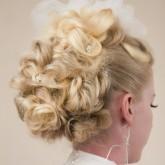 Высокая свадебная прическа с пушистыми локонами