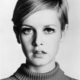 Фото простой, но популярной стрижки 60-х годов. Вид спереди.