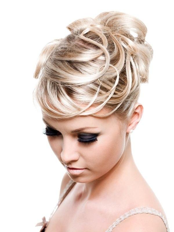 Аккуратная высокая прическа на светлых волосах вид спереди