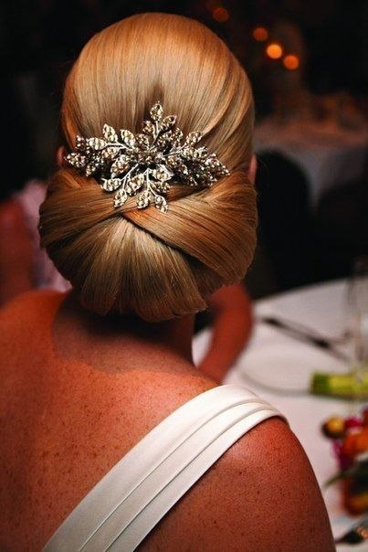 Свадебная прическа с брошью. Вид сзади.