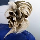 Интересная прическа на густые длинные волосы с украшениями
