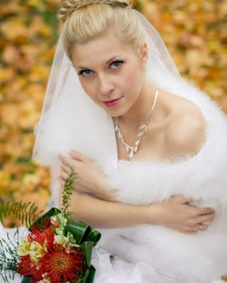 Фото высокой свадебной прически с валиком и фатой.
