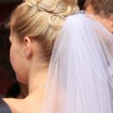 Высокая прическа на средние волосы с валиком и прядью волос, пущеной поверх него.