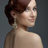 Фото высокой свадебной прически на темных волосах