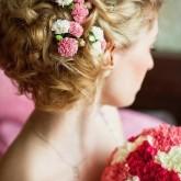 Фото прически с двумя видами цветов на светлых волосах. Вид сзади.