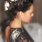 Фото высокой прически из косы с белыми розами. Вид сбоку.