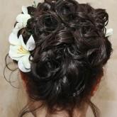 Фото прически на темных волосах со светлыми лилиями. Вид сзади.