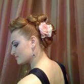 Фото инетерсной прически с розовой розой на рыжих волосах. Вид сбоку.