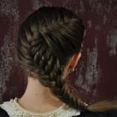 Фото простой прически на темные волосы. Вид сзади.