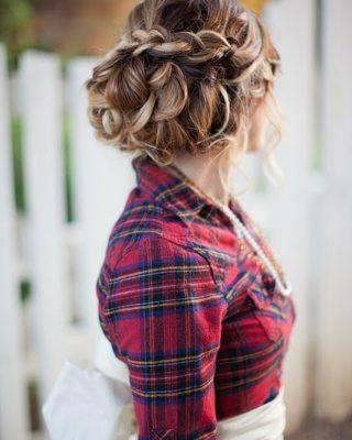 Фото прически с крупными локонами и косой сверху. Вид сзади.