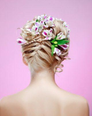 Фото прически с цветами под платье. Вид сзади.
