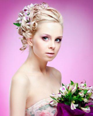 Фото прически с цветами под платье. Вид спереди.