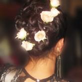 Фото высокой прически из косы с белыми розами. Вид сзади.