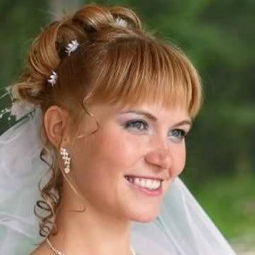 Фото рыжей невесты с челкой и фатой. Вид спереди.