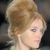 Фото современной бабетты на светлых волосах. Вид сбоку.