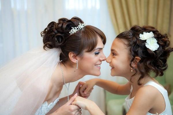 Фото невесты с подкрученной челкой. Вид сбоку.