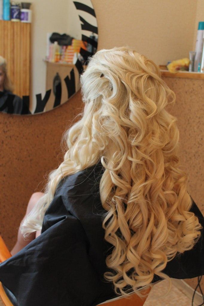 Прическа на свадьбу на очень длинные осветленные волосы, вид сзади