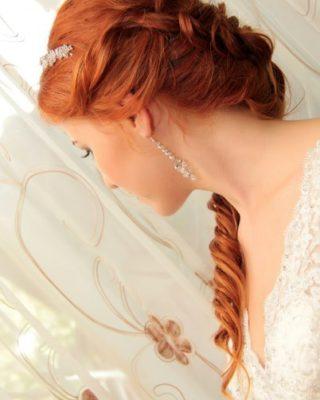 Свадебная прическа невесты на медно-рыжих волосаз
