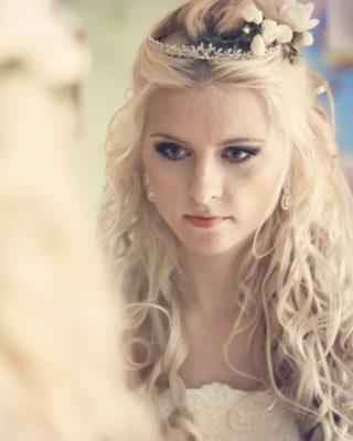 Свадебная прическа на длинные волосы с диадемой вид спереди
