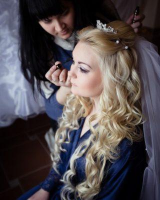 Свадебная прическа с искусственными локонами