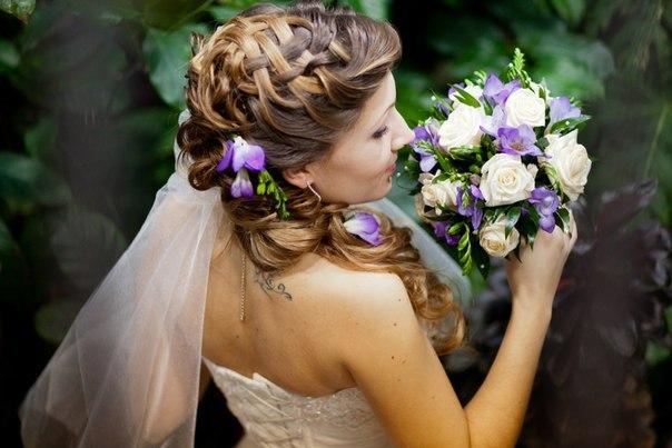 Прическа с плетением, длинными локонами набок и цветами в цвет букетавид сбоку