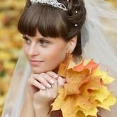 Фото невесты с подкрученной челкой. Вид спереди.