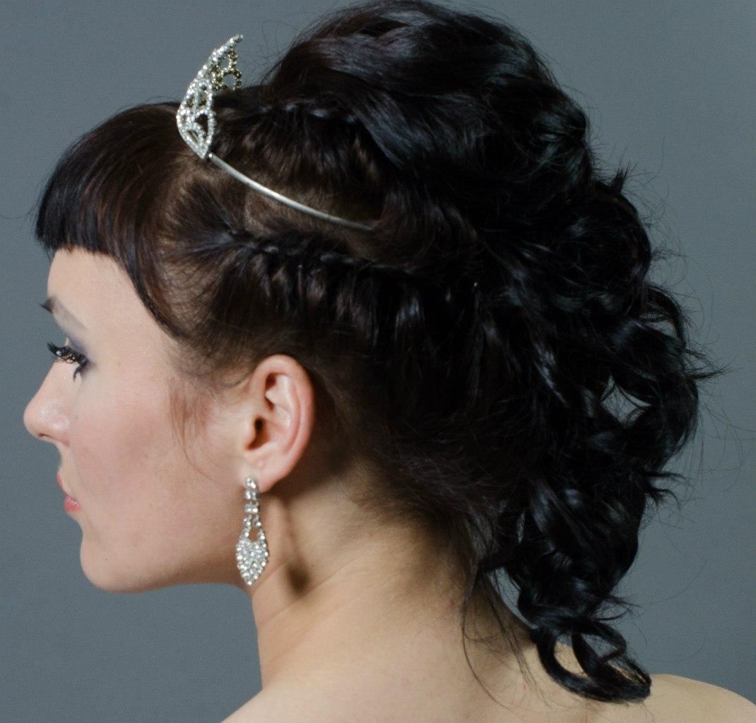 Свадебная прическа на темные волосы с диадемой.