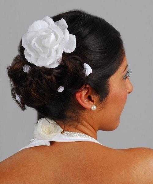 Фото прически с темными локонами и белой розой. Вид сзади.