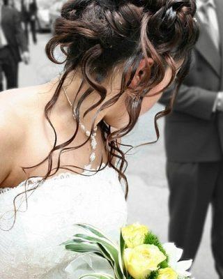 Фото высокой прически на темных волосах средней длины.