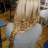 Плетение внизу на волосах
