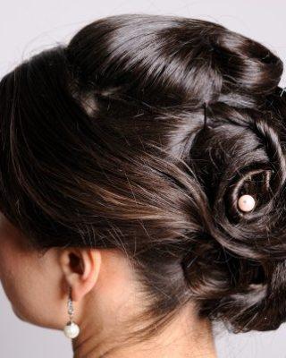 Высокая прическа на темные волосы из аккуратно уложенных разнообразных локонов и жгутов