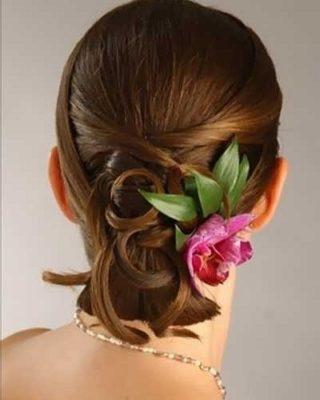 Фото прически с натуралистичным цветком в волосах. Вид сзади.